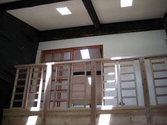 居間からロフトを見上げる。大工即興制作の手すり。