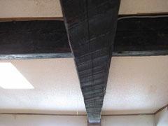 築150年の建物らしく、梁は手斧で削られています。