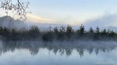 Sonnenaufgang am See, das Wasser raucht