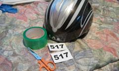 ヘルメットに養生テープを貼る