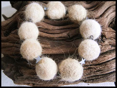 Bild 6: Fellperlen mit Hämatitsternchen auf Nylonband. Preis: 29 Euro