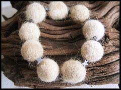 Bild 35: Fellperlen mit Hämatitsternchen auf Nylonband. Preis: 29 Euro