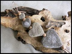 Bild28: Fellherzen in verschiedenen Farben und unterschiedlichen Grössen mit Kokosperlen. Preis: 55 Euro