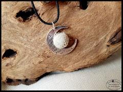 Bild 26: Fellperle mit silbernen Perlkappen von einem Halbmond umschlossen. Preis: 28 Euro