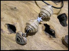 Bild 21: Fellperlen in Perlkäfige eingefasst mit einem Hämatitsternchen verziert. Als Abschluss ein hübscher Herzanhänger. Preis: 31 Euro