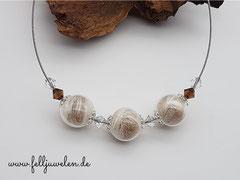 CO 15: Mit Fell gefüllte Glasperlen 16mm eingefasst in 925er silberne Perlkappen. Aufgezogen sind klare und braune Swarovskisteinchen. Der Draht ist aus Edelstahl, nylonummantelt. Preis: 46 Euro