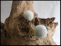 Bild 15: Ohrringe aus Hundehaaren schlicht als Fellperle auf einem 925er Silber Ohrstecker angefertigt. Preis: 28 Euro
