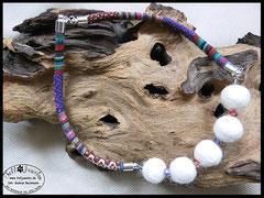 Bild 13: Farbenfrohe Kette mit Fellperlen die umrahmt sind von Swarowskisteinchen, farblich passend angepasst zum Ethnoband aus Baumwolle. Kappen und Verschluss aus Edelstahl. Preis: 50 Euro