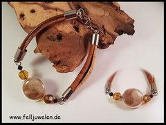 Bild 2: Ovale Glasperle mit Tierhaar gefüllt, farblich abgestimmte Perlen und als Band sind hier Korkbänder und ein braunes Lederbandgewählt. Silberteile alle aus Edelstahl. Preis: 35 Euro.