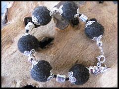 Bild 33: Silberne Elemente,schwarzen Perlchen und einem 925er Silberverschluss. Preis: 32 Euro