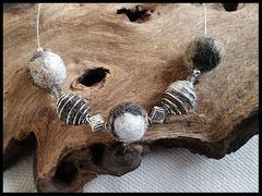 CO 23: Dreifarbige Fellperlen teils eingefasst in silberne Perlenkäfige mit verschiedenen Elementen verarbeitet. Preis: 35 Euro