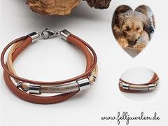 Bild 31: Ein Glasröhrchen mit Hundehaaren gefüllt und verschiedenen Lederbändern und einem Edelstahlverschluss. Preis: 40 Euro