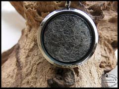 Bild 9: Medallion aus Edelstahl mit eingearbeiteten Tierhaaren und einer Gravur. Grösse Gesamt 30mm. Preis: Mit Gravur nach Absprache.