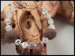 Bild 29: Dellperlen verarbeitet mit Buchstabenperlen und hellen Crackelperlen. Verschluss aus 925er Silber. Preis: 30 Euro