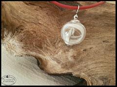 Bild 27: Glasperle (16mm) gefüllt mit einer zierlichen Strähne und einem Zahn, umschlossen mit 925er Perlkappen. Preis: 25 Euro