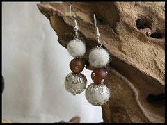 Bild 1: Ohrringe mit Fellkugeln in Perlkappen eingefasst. Dazwischen befindet sich eine Polarisperle mit Swarovskisteinen verziert. Der Ohrhaken ist aus 925er Silber. Preis 30 Euro
