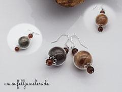 Bild 1: Ohrringe bestehend aus mit Tierhaaren gefüllten Glasperlen (16mm) und farblich abgestimmte braune Glasperlen. Verschluss aus 925er Silber. Preis: 30 Euro