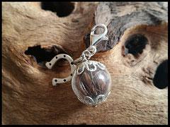 Bild 5: Glasperle mit Pferdehaar gefüllt, silbernen Perlkappen und einem silbernen Hufeisen. Karabiner aus 925er Silber. Preis:27 Euro.