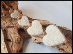 Bild 24: 4 Fellherzen in unterschiedlicher Grösse mit Kokosperlen auf einem Lederband gezogen. Preis: 54 Euro