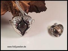 Bild 5: Silberner Herzanhänger in Flügelform mit einer Glasperle, gefüllt mit Pferdehaar. Preis: 28 Euro