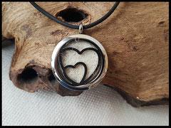 Bild 9: Edelstahlmedaillon mit Herzen, gefüllt mit einer Fellplatte, Grösse 30mm. Preis: 52 Euro