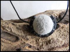 Bild 1:  Fellkugel eingefasst in einem Polarisrahmen verziert mit kleinen Swarovskisteinchen. Mit einem Lederband versehen. Preis  23 Euro.