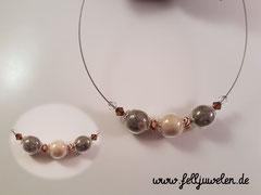 CO 8: Glasperlen (16mm) mit Haaren gefüllt,Swarovskisteinchen und Perlen in Holzoptik sind nach Wunsch aufgezogen auf einem Edelstahlschmuckdraht. Preis: 40 Euro