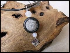 Bild1: Fellperle eingefasst in einem Rahmen aus Ebenholz. Weisse Perlen und ein silberner Herzanhänger wurden mit eingearbeitet. Preis: 26 Euro