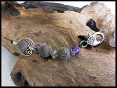 Bild 2 Schlüsselanhänger mit drei Fellkugeln und einem Ornament in Silber.Die Perlen sind gecrackte Glasperlen in lila. Als Abschluß ist ein Verschluß in Herzform draufgesetzt. Preis: 30 Euro