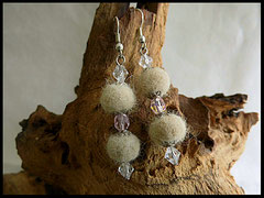Bild 8: Ohrringe mit jeweils 2 Fellperlen und klaren Swarovskisteinchen angefertigt. Ohrhaken 925er Silber. Preis: 27 Euro