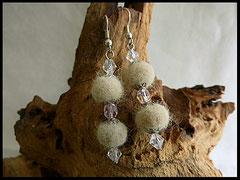 Bild 14: Ohrringe mit jeweils 2 Fellperlen und klaren Swarovskisteinchen angefertigt. Ohrhaken 925er Silber. Preis: 27 Euro