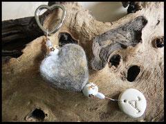 Bild 31: Mehrfarbiges Fellherz mit Porzellanperlen, verschiedenen Zwischenperlen und einem Fimoanhänger mit Buchstaben gefertigt. Preis: 36 Euro