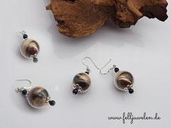 Bild 10 : Glasperle 16mm gross, gefüllt mit Tierhaaren und kleinen schwarzen Perlen gestaltet. Verschluss aus 925er Silber. Preis: 30 Euro