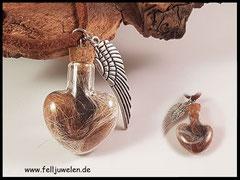Bild 12: Kleines Glasherz gefüllt mit Meerschweinchenhaaren , angebracht ist ein Flügel als Symbol zur Erinnerung. Preis: 29 Euro