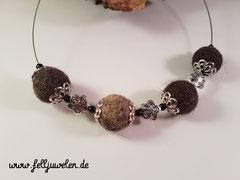 CO 13: Fellperlen mit silbernen Perlkappen und Zusatzperlen. Schmuckdraht aus Edelstahl. Preis: 42 Euro