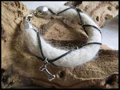Bild 23: Armband mit Lederband und verschiedenen silbernen Elementen. Verschluss aus Edelstahl. Preis: 52 Euro