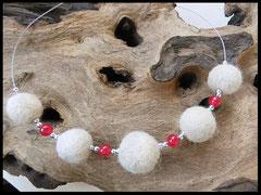 CO 18: Fellperlen mit zierlichen silbernen Perlchen und roten Jadeperlen gefertigt. Preis: 40 Euro