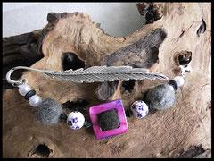 Bild 9: Lesezeichen mit Fellkugeln und verschiedenen Zwischenperlen. Eingearbeitet sind größere Porzellanperlen und in der Mitte eine Fellkugel eingefasst in einem Perlmutrahmen. Als Abschluss dient ein silberner Knochen. Preis: 29 Euro