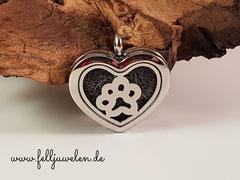 Bild 6: Edelstahlmedaillon in Herzform mit Pfotenelement und Magnetverschluss. Gravur möglich. Preis: 52 Euro