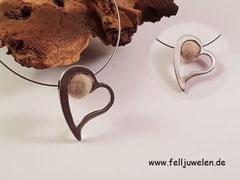 CO 2: Ein silbernes Herz befüllt mit einer Fellperle auf Edelstahlschmuckdraht. Preis: 32 Euro