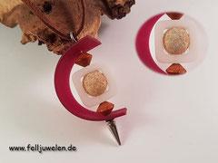 Bild 34: Eine Fellperle eingefasst in einem Polarisrahmen eingefasst mit einem Kautschukband. Mit verarbeitet sind 2 Holzperlen. Preis: 30 Euro