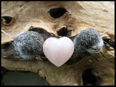 CO 17: Ein Rosenquarzherz eingefasst von zwei Fellperlen. Preis: 36 Euro