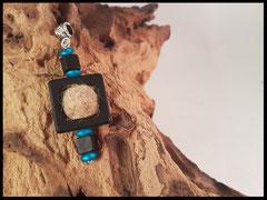 Bild 24: Kettenanhänger mit einer Fellperle aus Tierhaaren und  Polariselementen. Preis: 26 Euro.