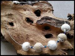 Bild 1: Fellperlen mit Perlkappen verziert und zierlichen silber und blauen Perlchen aufgezogen. Preis: 40 Euro