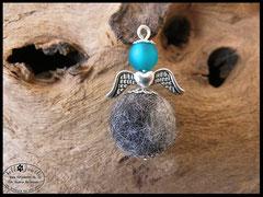 Bild 23: Zweifarbige Fellperle mit einem silbernen Flügelelement und einer Polarisperle. Preis: 24 Euro