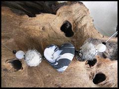 Bild 10: Weisse Polarisperlen und ein selbst angefertigstes Fimoherz in marmorierten Schwarz grau Tönen. Preis: 32 Euro