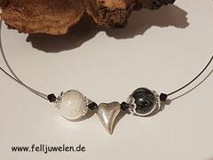 CO 7: Gefüllte Glasperlen 16mm mit Svarowskisteinchen, Herz und Perlkappen aus 925er Silber. Preis: 45 Euro
