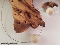 CO 12: Kette mit einer schlichten grösseren Fellkugel aufgezogen auf silbernen Edelstahl Schmuckdraht und einem 925er Silber Verschluss. Preis: 29 Euro