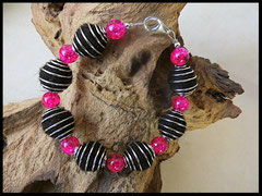 Bild 21: Silberne Perlkappen , pinkfarbige Crackelperlen auf elastischen Nyloband. Preis: 28 Euro
