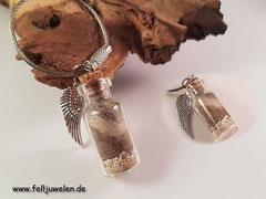 Bild 9: Glasfläschchen gefüllt mit Haaren , ein wenig Asche und einem Flügelanhänger, angebracht ist ein Edelstahlring. Preis: 29 Euro